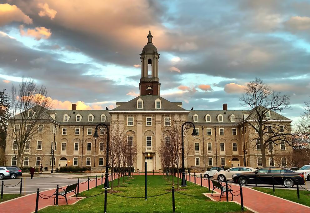 Universidad de Penn State en un atardecer nublado
